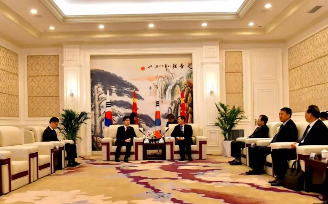 孟祥伟王远鹤与韩国驻武汉总领事姜承锡一行座谈